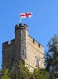 för george för kyrkligt flaggaflyg torn gammalt saint Arkivfoto