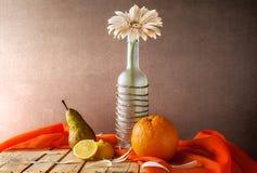 För gerberaflaska för stilleben vita frukter Arkivfoton