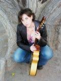 för gitarr kvinna utomhus Arkivfoto
