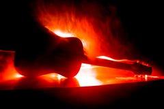 för gitarrillustration för begrepp elektrisk musik Akustisk gitarr på en mörk bakgrund under stråle av ljus med rök med kopiering royaltyfri foto