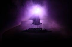 för gitarrillustration för begrepp elektrisk musik Akustisk gitarr som isoleras på en mörk bakgrund under stråle av ljus med rök  Royaltyfri Foto