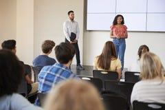 För Giving Presentation To för kvinnlig student grupp högstadium i Front Of Screen arkivbild