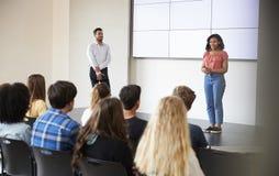 För Giving Presentation To för kvinnlig student grupp högstadium i Front Of Screen royaltyfria foton