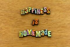 För glädjegyckel för lycka hem- boktryck för hemlagad förälskelse arkivbilder