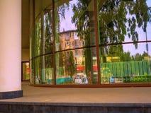 För glass dag för sommar för stad reflexionsgata för byggnad blåsig royaltyfri fotografi