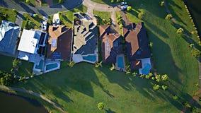 För Gold Coast för regattavattenParkland gods för hus för område för lek gräs bredvid ön för Coomera flodhopp, royaltyfri fotografi