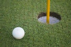 för golfgräs för boll främre hål för green Royaltyfri Foto