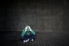 för golvflicka för hörn tonårs- olyckligt för mörk smutsig ensam för problem sitting för lokal SAD Arkivfoton