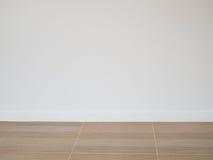 För golvmodell för tegelplatta wood golv med väggbakgrund för vitt cement Arkivfoto