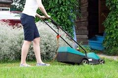 för gräsklippningsmaskinsikt för främre lawn arbete royaltyfria foton