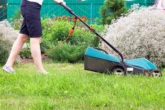 för gräsklippningsmaskinsikt för främre lawn arbete arkivfoton