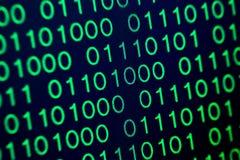 För gräsplanblått för binär kod digital färg på svart bakgrund Arkivfoton