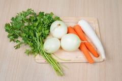 för gräsplanlök för morötter vätte nya grönsaker för tomat för tabell trä Royaltyfri Foto