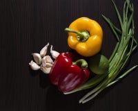 för gräsplanlök för morötter vätte nya grönsaker för tomat för tabell trä Royaltyfria Foton