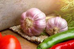 för gräsplanlök för morötter vätte nya grönsaker för tomat för tabell trä , tomater, vitlök royaltyfri foto