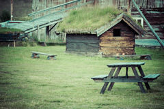 För grästak för norrman typisk hus för land arkivbilder