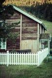 För grästak för norrman typisk hus för land royaltyfri foto