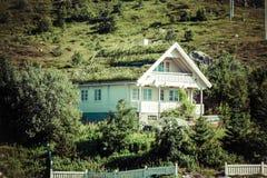 För grästak för norrman typisk hus för land arkivfoton