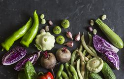 För grönsakmat för friskhet trädgårds- bakgrund Röd kål, zucchini, peppar, beta, bönor, squashar, vitlök på mörk bakgrund, till Fotografering för Bildbyråer