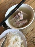För grisköttstöd för traditionell kines soppa Arkivbild