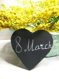För gul kort för marsch för bakgrund buskevår för mimosa blom- 8 Royaltyfria Foton