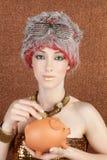 för guldpiggybank för bronze mode futuristic kvinna Arkivbilder