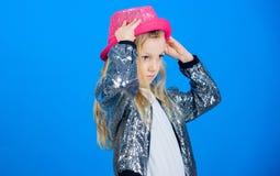 För gulliga trendig hatt ungekläder för flicka Liten fashionista Trendig dräkt för kall cutie lycklig barndom fashion ungar fotografering för bildbyråer