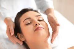För häleriframsida för ung kvinna massage i brunnsortsalong royaltyfria foton