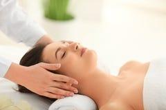För häleriframsida för ung kvinna massage i brunnsortsalong royaltyfri fotografi