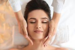 För häleriframsida för ung kvinna massage i brunnsortsalong, bästa sikt arkivfoton