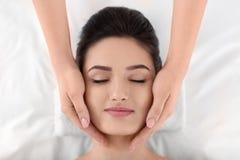 För häleriframsida för ung kvinna massage i brunnsortsalong, bästa sikt royaltyfri fotografi