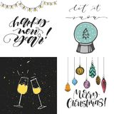 För hälsningkort för glad jul uppsättning Exponeringsglas för lyckligt nytt år av champagne Glad jul med trädleksaker Låtet det a stock illustrationer