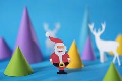 För hälsningkortet för glad jul papper klippte santa hjortar Arkivfoton