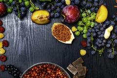 För hälsokostbakgrund för hjärna ökande gräns med frukter, muttrar, bär Foods som är höga i vitamin C, vitaminer, mineraler, anti royaltyfri fotografi