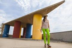 för härlig near posera hattmodell för strand Arkivfoto