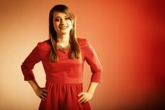 För härlig tonårig flicka modekvinna för stående i röd klänning Arkivbild