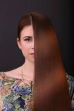 för härligt brunt lockigt sund isolerad pink flickahår för bakgrund sund lång kvinna för härligt hår Arkivfoto