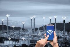 För hållande nätverk för kommunikation smartphonekontroll för hand trådlöst arkivfoton