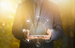 För hållande netw för kommunikation minnestavlamultichanel för affärsman online- Arkivfoto
