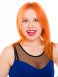 För hårflicka för ung kvinna isolerad röd stående Arkivfoto