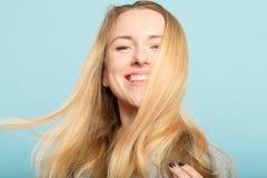 För hårskönhet för kvinna lång skinande haircare för wellness royaltyfri bild