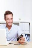 för högskolatelefon för cell laddande deltagare royaltyfri bild
