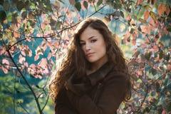 För höststående för ung kvinna utomhus- naturligt ljus royaltyfri fotografi