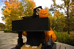 för halloween för 2 ghoul leka piano Arkivbild