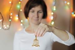för handbellholding för garnering guld- xmas för kvinna Royaltyfri Bild