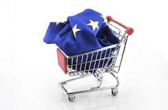 För handelmarknaden för europeisk union vagnen för shopping för underskottet för överskott isolerade september 18, 2016 Royaltyfri Fotografi