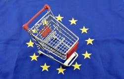 För handelmarknaden för europeisk union vagnen för shopping för underskottet för överskott isolerade september 18, 2016 Royaltyfri Foto