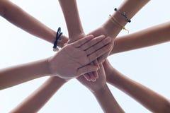 För handflicka för slut övre makt, teamwork som staplar handen arkivbilder
