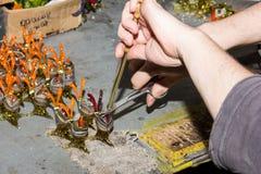 För handproduktion för Handwork idérikt hjälpmedel för glasföremål Arkivfoto