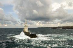 För havsfyr för molnig himmel hav Arkivfoton